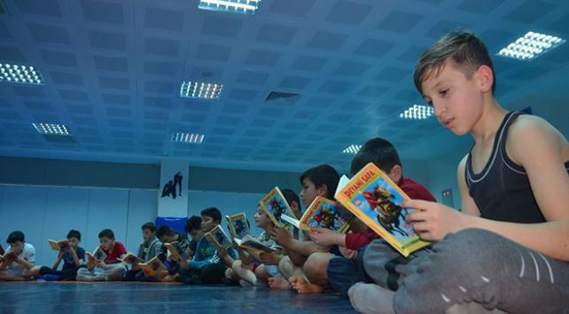 Güreşçiler antrenmanlarına kitap okuduktan sonra başlıyor