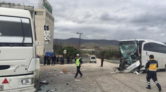 Amasyada yolcu otobüsü ile kamyon çarpıştı