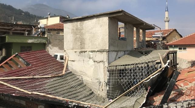 Denizlide çöken çatının altında kalan iki işçi yaralandı