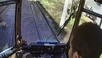 Kedinin su içtiğini görünce tramvayı durdurdu