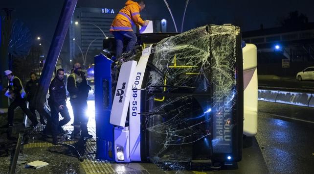 MOBESE direğine çarpan EGO otobüsü devrildi