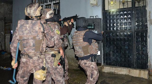 """Adanada şafak vakti """"sokak çetesi"""" baskını: 11 gözaltı"""