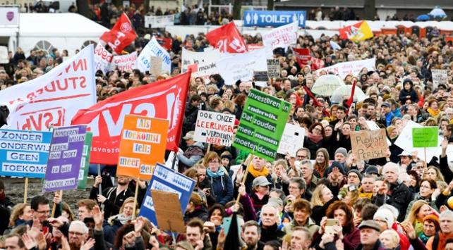 Hollandada öğretmenler greve gitti