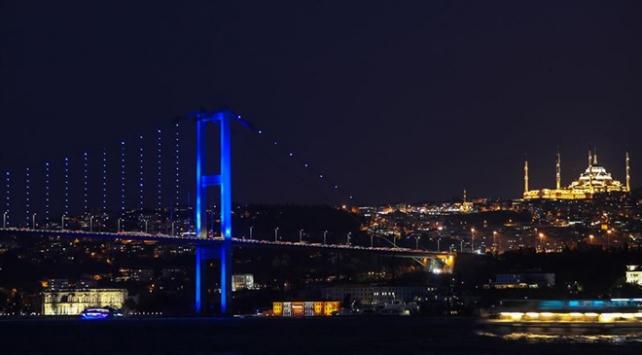 İstanbul köprüleri mavi renge büründü