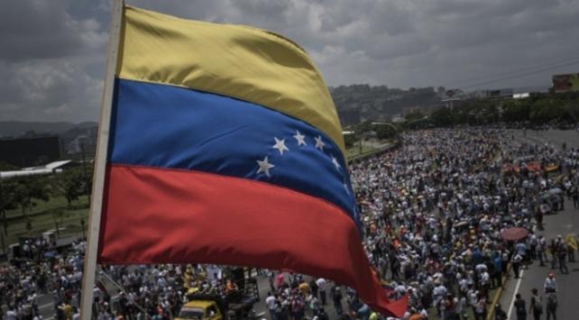 """Venezuelada """"muhalefet"""" sokakta toplantı, """"iktidar"""" yürüyüş yapacak"""