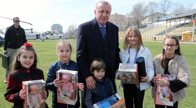 Cumhurbaşkanı Erdoğandan kendisini karşılayan çocuklara hediye
