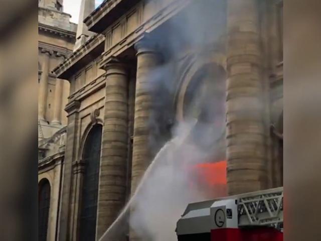Paris'teki tarihi Saint Sulpice kilisesinde yangın