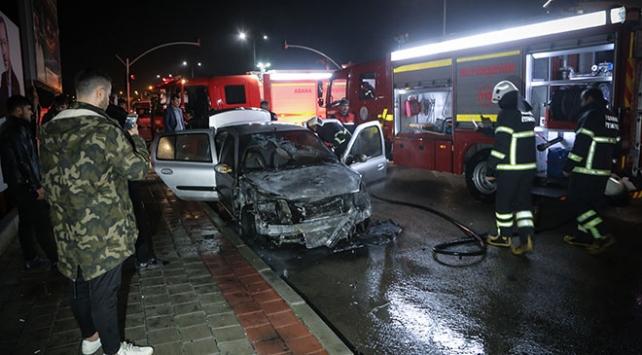 Adanada seyir halindeki araç yandı