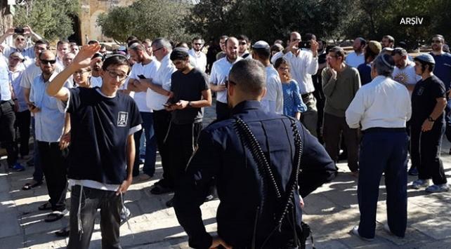 Yahudi yerleşimciler Filistinlilerin ev ve araçlarını taşladı