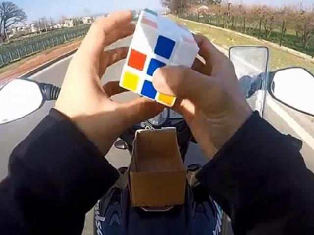 Motosiklet kullanırken rubik küp çözen sürücüye ceza