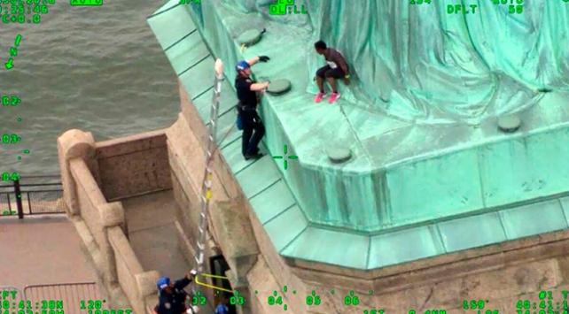 Trumpı protesto için Özgürlük Anıtına tırmanan kadına ceza verildi