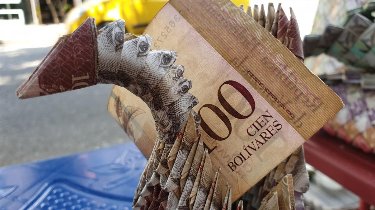 Venezuelanın eski paralarını sanata dönüştürüyor