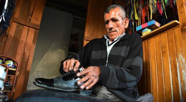 Doğuştan bacakları olmayan Nuri Çağlayan ayakkabı boyayarak geçiniyor