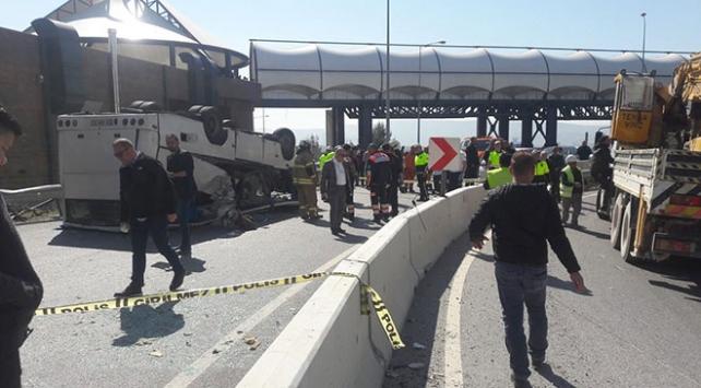 İzmirde down sendromlu öğrencileri taşıyan servis devrildi: 34 yaralı