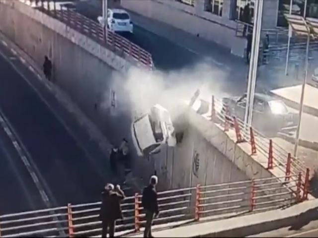 Köprüden düşen otomobilin altında kalmaktan son anda kurtuldular