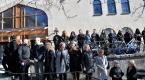 İsveçlilerden cuma namazını kılan Müslümanlar için insan zinciri