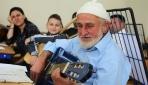 Müzik tutkusunu sayesinde 80 yaşında gitar çalmayı öğrendi