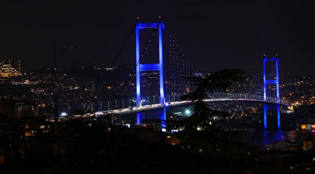 İstanbulun kuleleri ve köprüleri maviye büründü