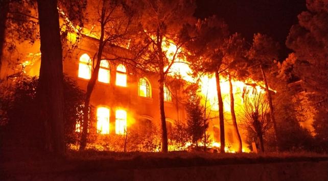 Denizlide tarihi okulda yangın