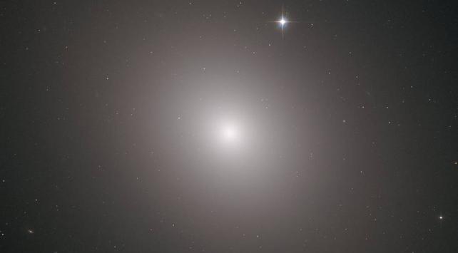 Hubble Teleskobu Messier 49 Galaksisini fotoğrafladı