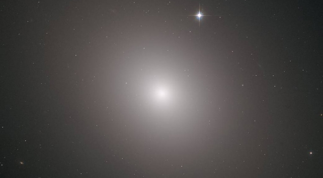 "Hubble Teleskobu ""Messier 49 Galaksisi""ni fotoğrafladı"