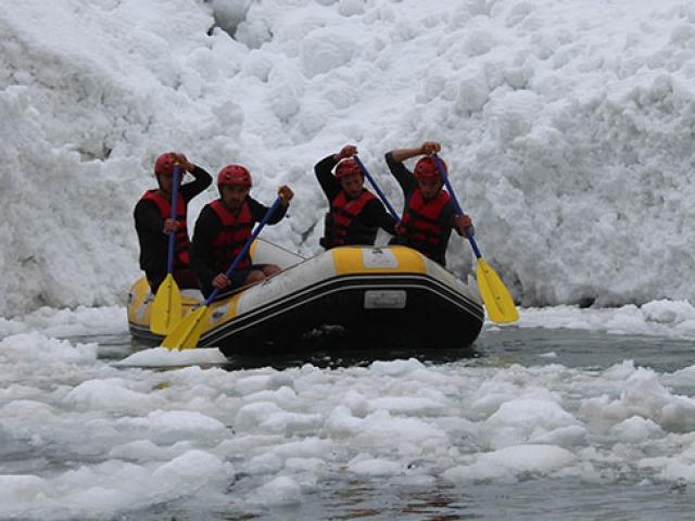 Hakkari'deki kar kütleleri arasında şampiyonaya hazırlanıyorlar