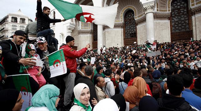 """Cezayirde iktidardaki koalisyon ortağından Buteflikaya """"istifa"""" çağrısı"""