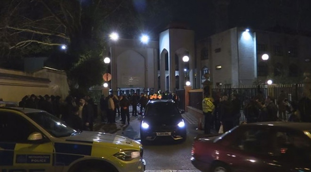 Londrada polis, zanlıları yakalamak için camiye girdi