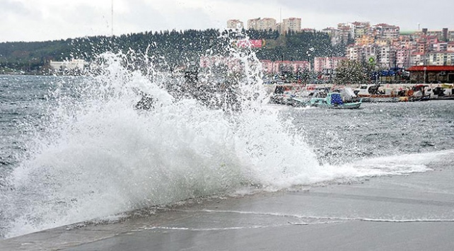 Egede şiddetli fırtına: Tekneler battı, çatılar uçtu