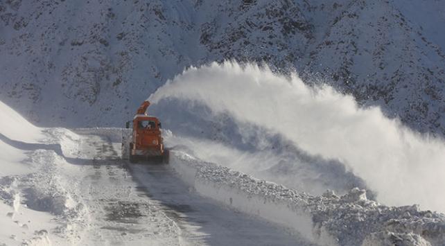 Baharda yağan kar 283 yolu kapattı