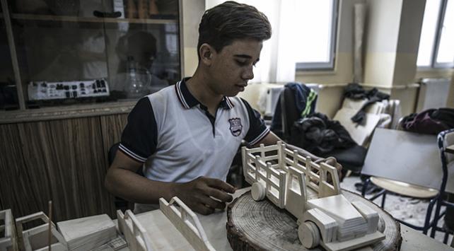 Atık tahtalardan ihtiyaç sahibi çocuklara oyuncak yapıyorlar