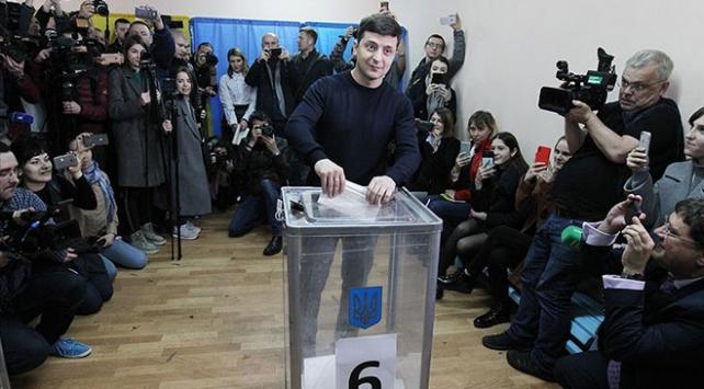 Ukraynada seçimin ilk turunun galibi: Vladimir Zelenskiy