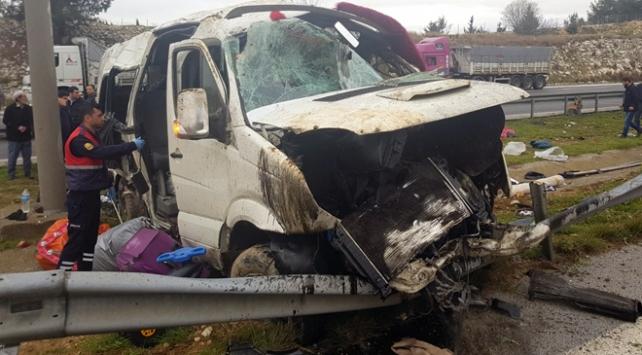 Mersinde yolcu minibüsü refüje çarptı: 1 ölü, 8 yaralı