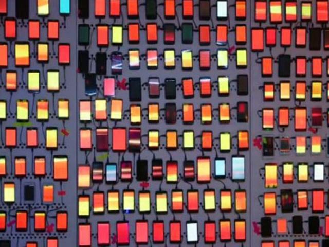 Cep telefonlarından oluşturulan ışıklı duvar