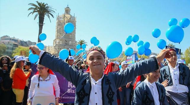 Balonlar otizm farkındalığı için havalandı