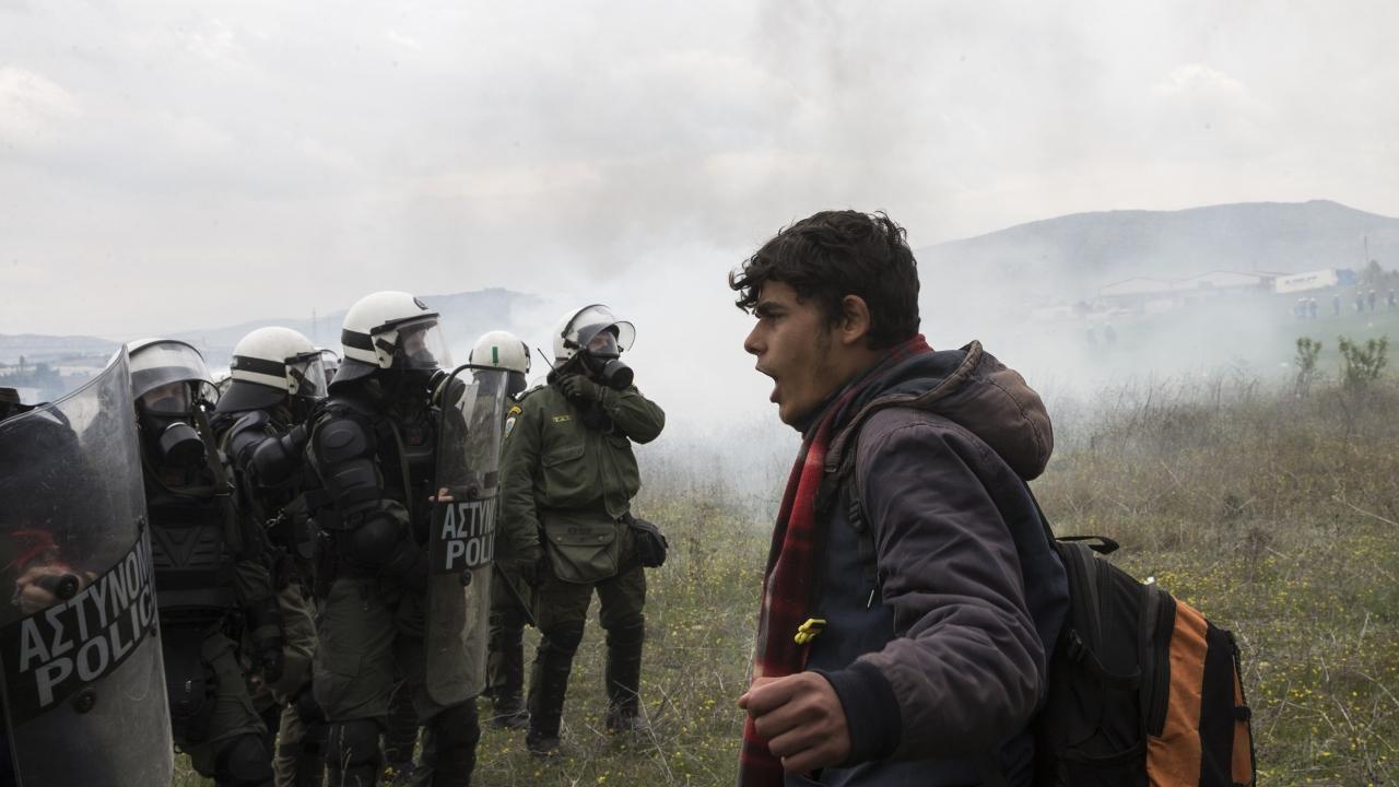 Yunanistanda göçmenlerle polis arasında arbede