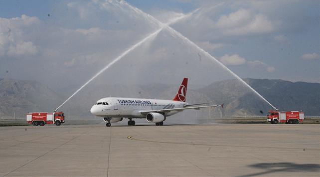 İstanbul Havalimanından Şırnaka gelen ilk THY uçağı su takıyla karşılandı