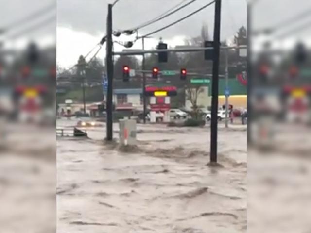 Washington sokakları su baskınları nedeniyle nehre dönüştü
