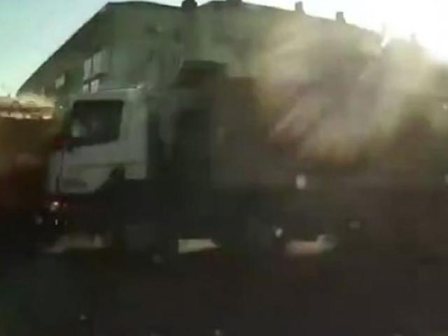 Rusyada yangına müdahaleye giden itfaiye aracı devrildi