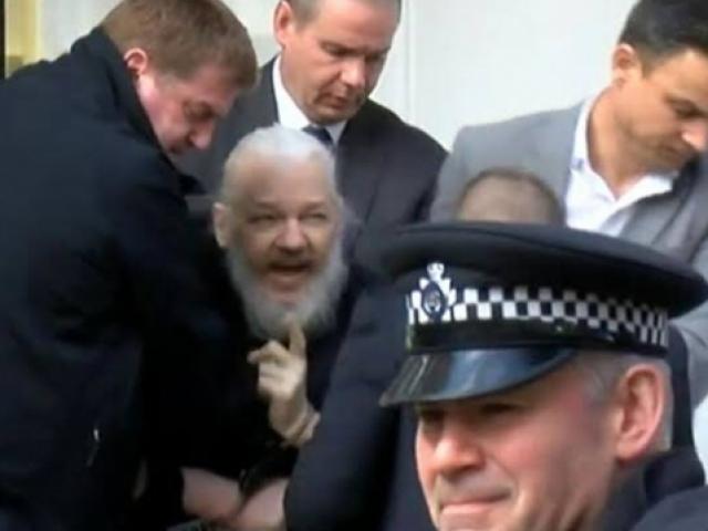 Wikileaksin kurucusu Assange Londrada çıkarıldığı mahkemece tutuklandı
