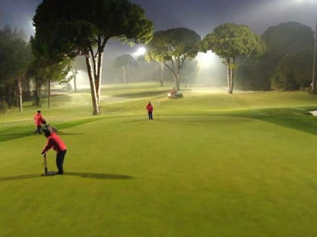 Golf sahalarının bakımı ışıklar sönünce başlıyor
