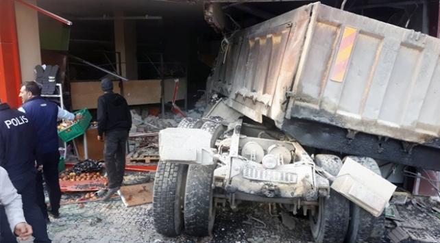 Freni boşalan kamyon kuaför salonuna girdi