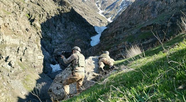 Terör örgütü PKKya kış darbesi: 11 sığınak imha edildi