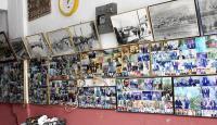 İş yerinin duvarını müşterilerinin fotoğraflarıyla süslüyor