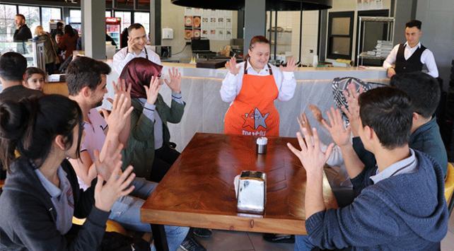 Down sendromlu çalışanlar işaret diliyle sipariş alıyor
