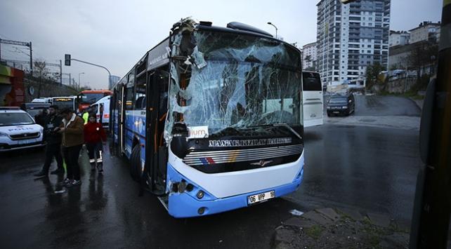 Başkentte özel halk otobüsü belediye temizlik aracına çarptı: 10 yaralı
