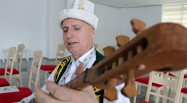 Ülke ülke geziyor, Türk dünyası müziğini tanıtıyor