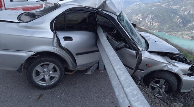 Bariyerlere saplanan otomobil uçuruma düşmekten kurtuldu