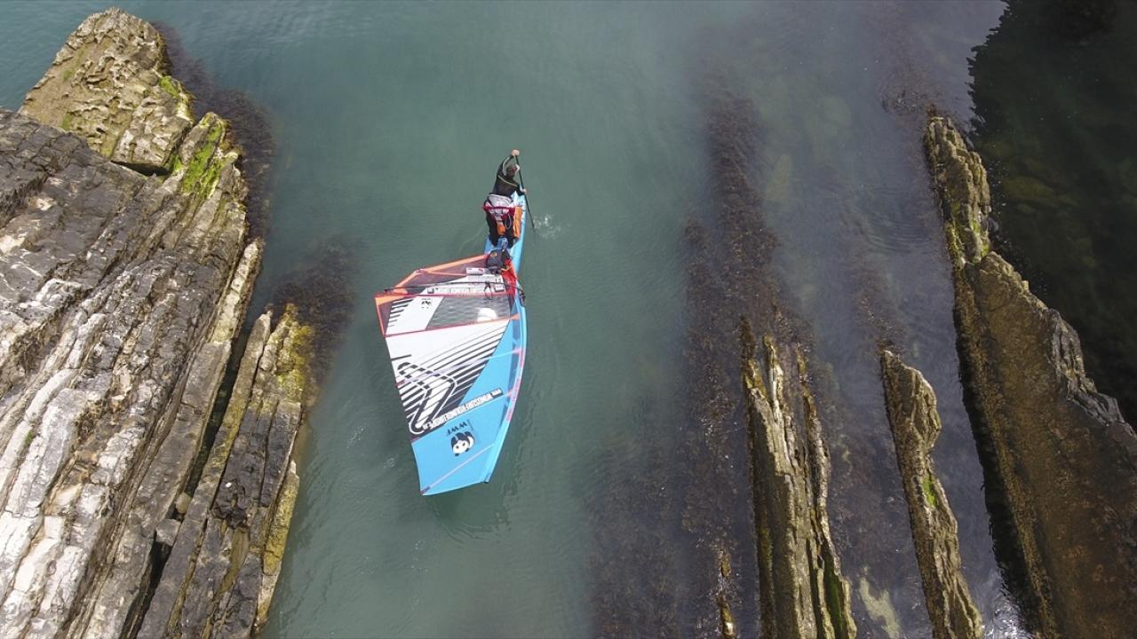 Rüzgar sörfüyle dünyayı geziyor