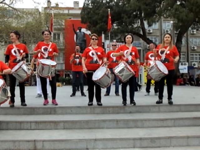 Öğrenci, veli ve öğretmenlerden oluşan sıra dışı bando